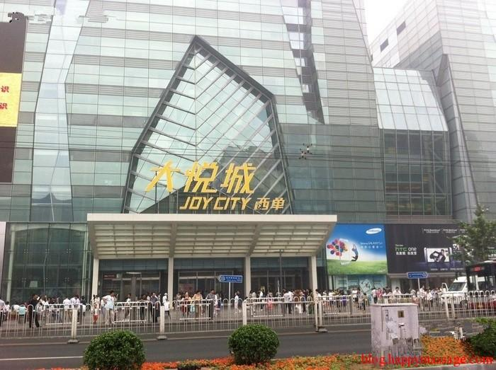 7 Xidan Joy City 13-storey Joy City comes equipped with the world s longest escalator (from F1 to F8), the largest digital cinema in China, the largest cosmetic shop in Beijing and a host of