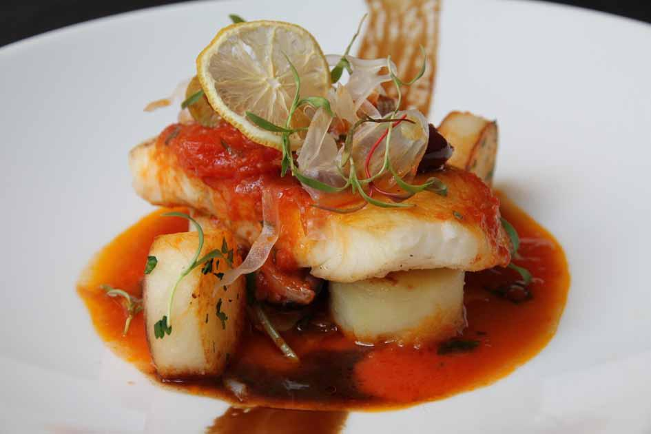 pesce filetto di ippoglosso nero Islandese mediterranean style braised Icelandic halibut fillet with fondant potatoes, capers, olives, basil tomato sauce and balsamic reduction 地中海风味烩冰岛比目鱼柳配土豆糕和水瓜柳,