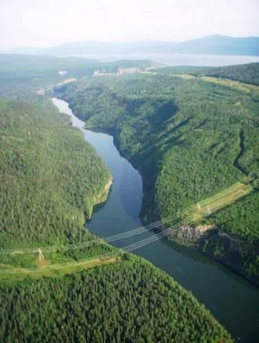 Transportation and Infrastructure 交通及基础设施 The coal deposit straddles a reservoir formed by two hydro dams within a canyon on the Peace River.